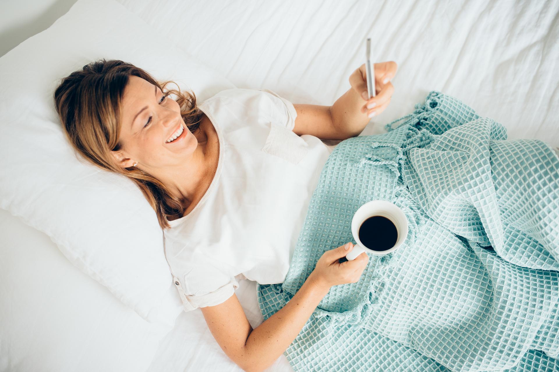 Kvinna i säng